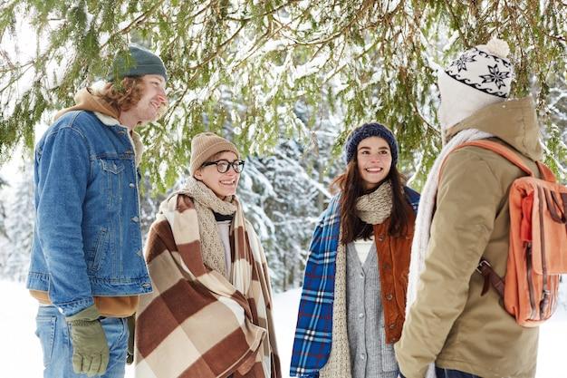 Vrienden in winter forest