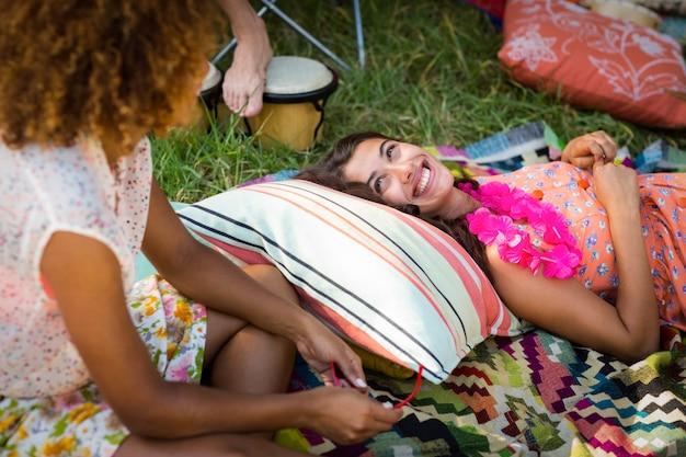 Vrienden interactie met elkaar op de camping