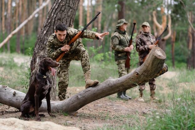 Vrienden jagen met pointer hunter geeft commando.