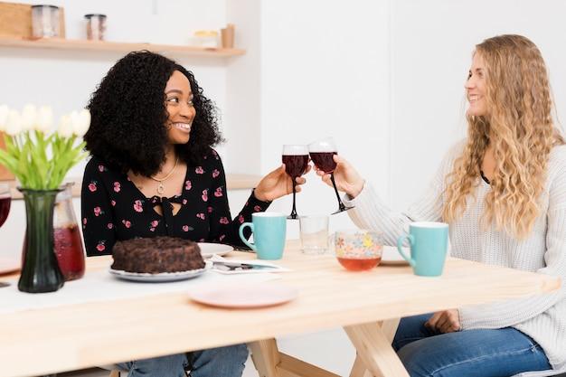 Vrienden juichen met een glas wijn