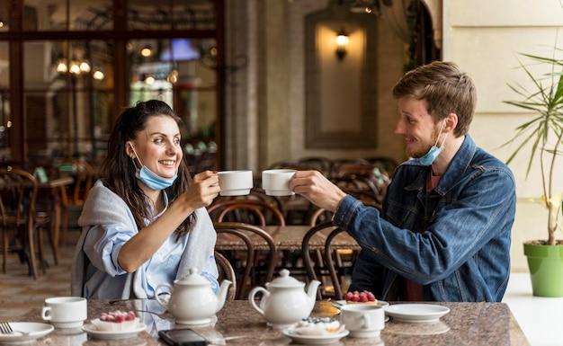 Vrienden juichen met kopjes thee