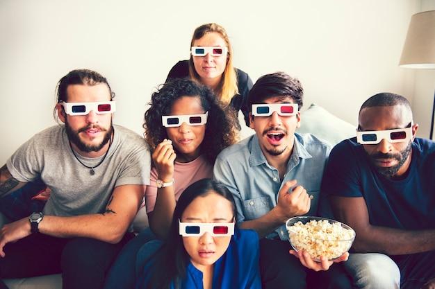 Vrienden kijken naar een 3d-film