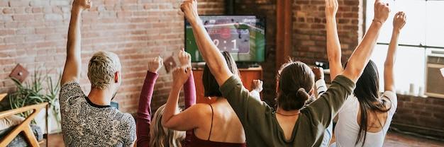 Vrienden kijken naar een spelshow op tv