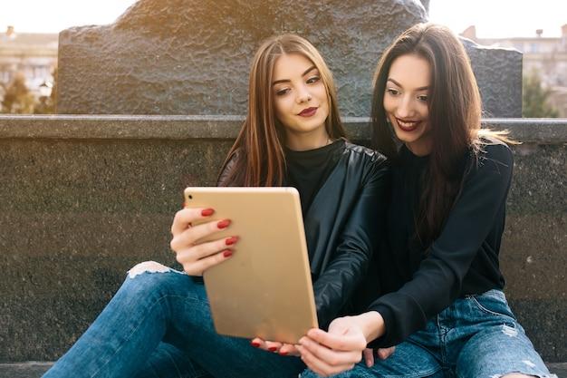 Vrienden kijken naar een tablet