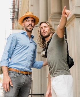Vrienden kijken naar gerichte toeristische attractie