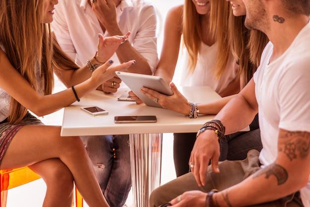 Vrienden kijken naar grappige dingen op een digitale tablet