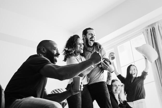 Vrienden kijken naar sport in de woonkamer