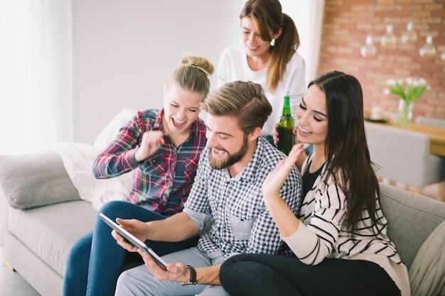 Vrienden kijken naar tablet blij met winnen