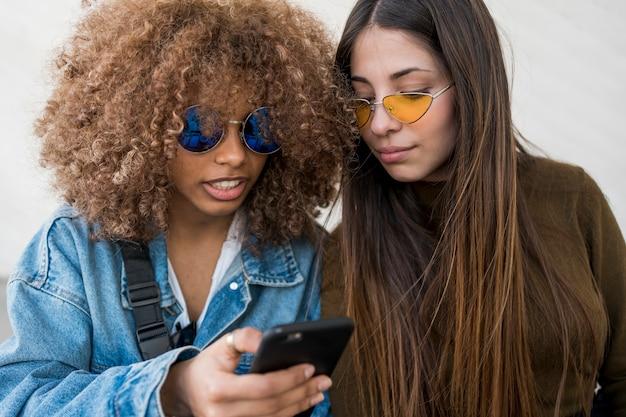 Vrienden kijken naar telefoon
