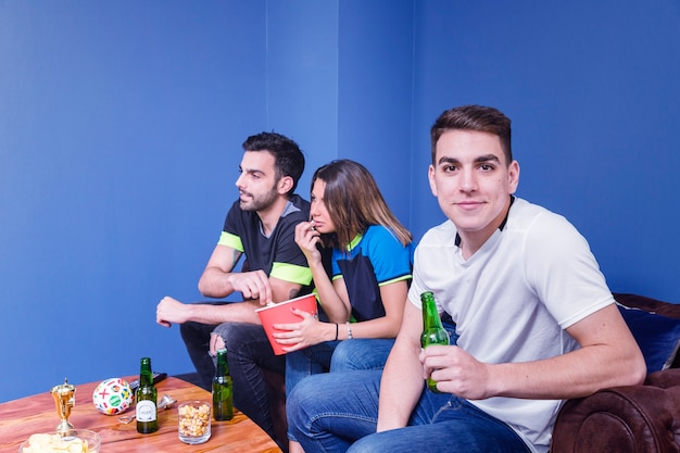 Vrienden kijken naar voetbal op de bank