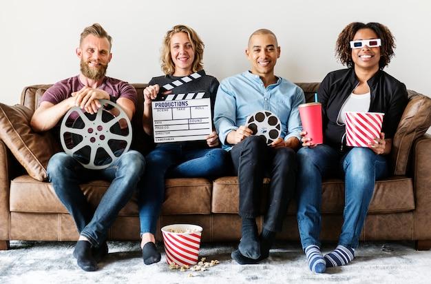 Vrienden kijken samen naar film