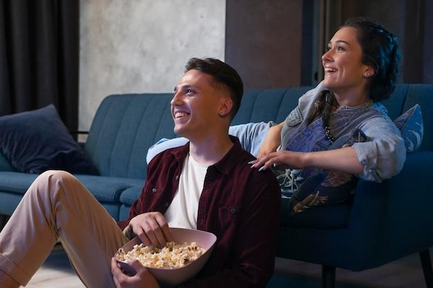 Vrienden kijken samen naar netflix in de woonkamer