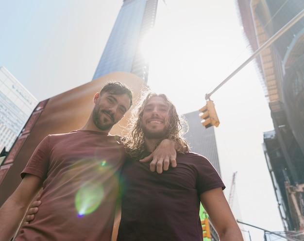 Vrienden knuffelen buiten in zonlicht