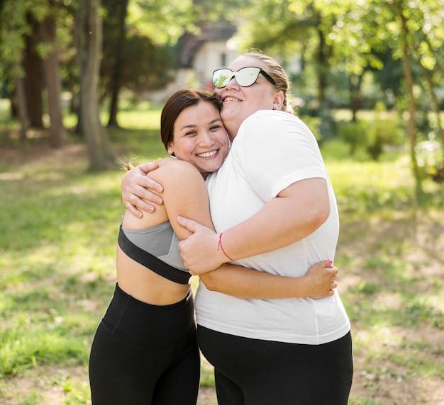 Vrienden knuffelen in het park