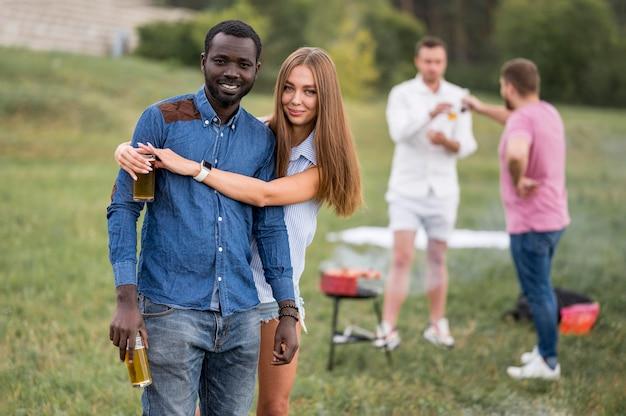 Vrienden knuffelen op een barbecue