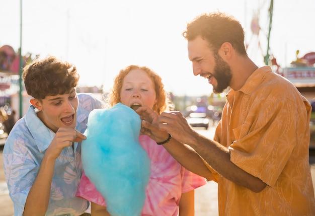 Vrienden lachen en snoep floss eten