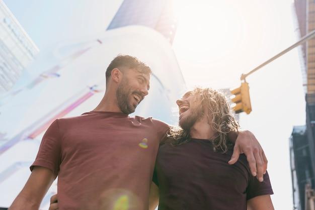 Vrienden lachen in zonlicht buiten