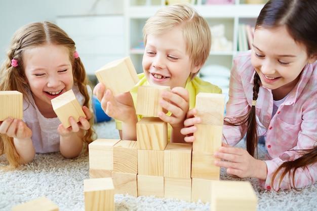Vrienden lachen met houten kubussen