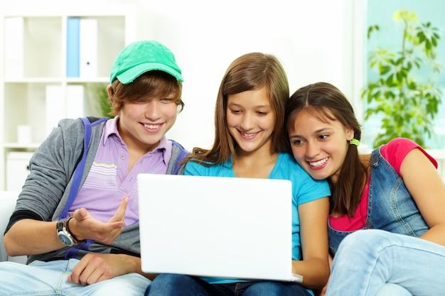 Vrienden lachen met laptop