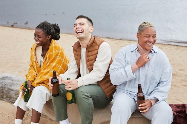 Vrienden lachen op het strand