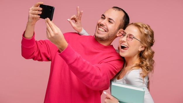 Vrienden lachen tijdens het nemen van selfie
