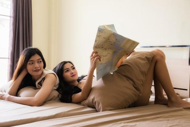 Vrienden lezen globale kaart voor vakantieplan