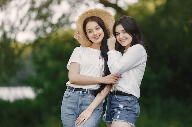 Vrienden lopen. girlin een hoed. vrouw in een wit t-shirt.