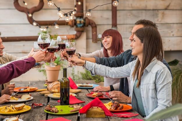 Vrienden lunchen thuis