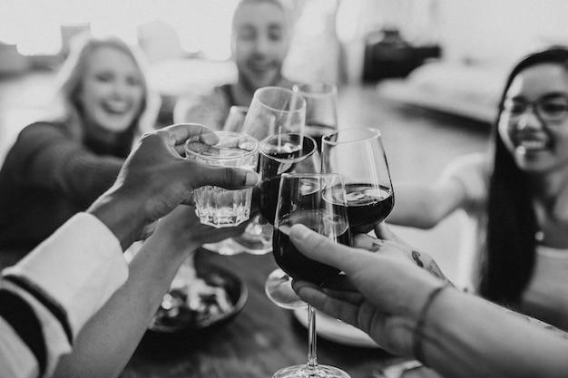 Vrienden maken een toast op een etentje