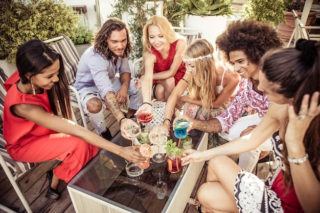 Vrienden maken feest in een loungebar