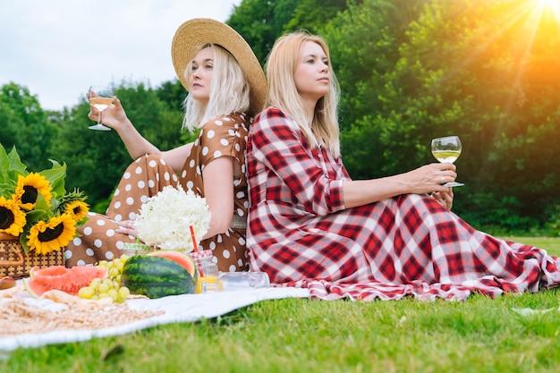 Vrienden maken picknick buiten