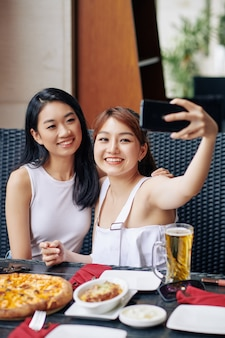 Vrienden maken selfie in café