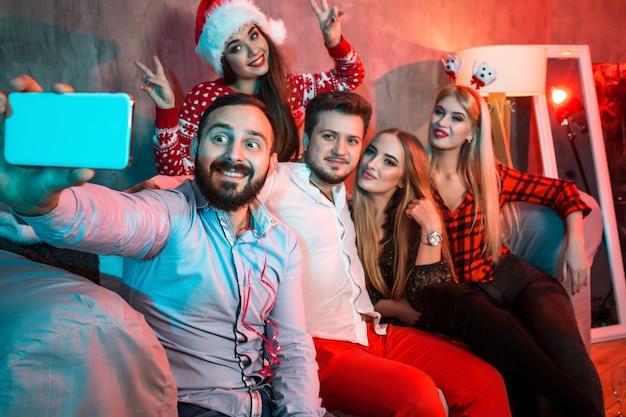 Vrienden maken selfie terwijl ze kerst of oud en nieuw thuis vieren