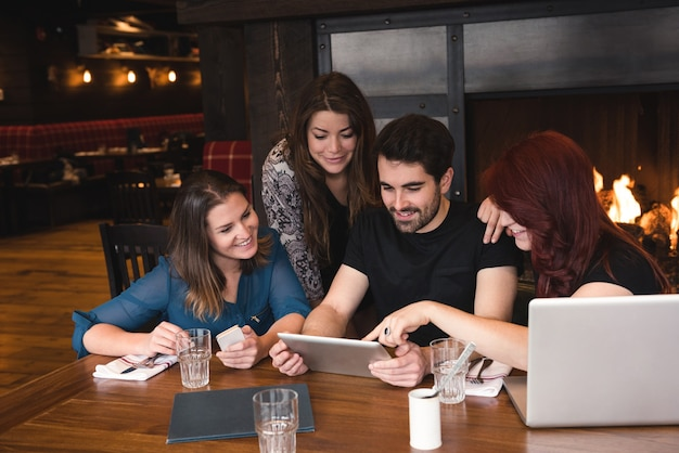 Vrienden met behulp van digitale tablet in staaf