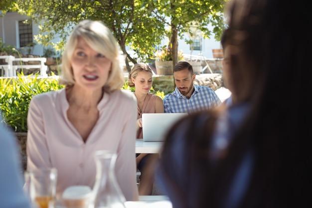 Vrienden met behulp van laptop in restaurant