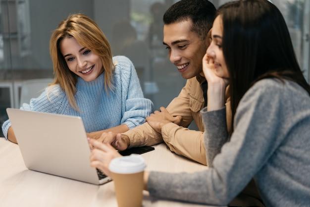 Vrienden met behulp van laptop, kijken naar webinar en training