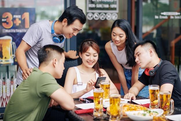 Vrienden met behulp van mobiele telefoon