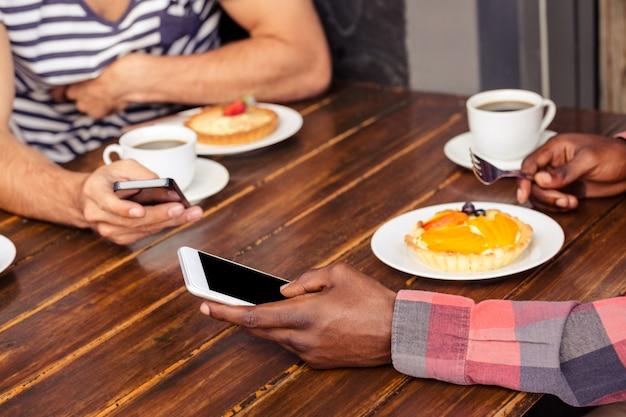 Vrienden met behulp van smartphones