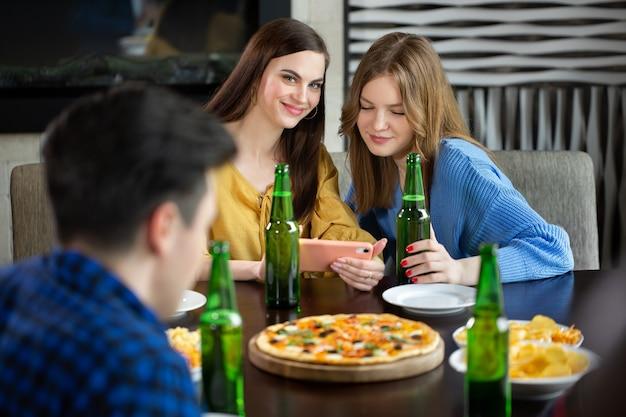 Vrienden met een drankje in een bar