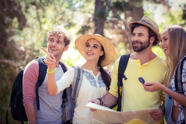 Vrienden met een kaart die een richting bekijkt