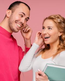 Vrienden met een koptelefoon lachen