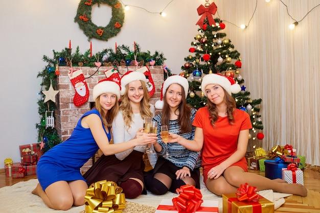 Vrienden met glazen champagne bij kerstmis.
