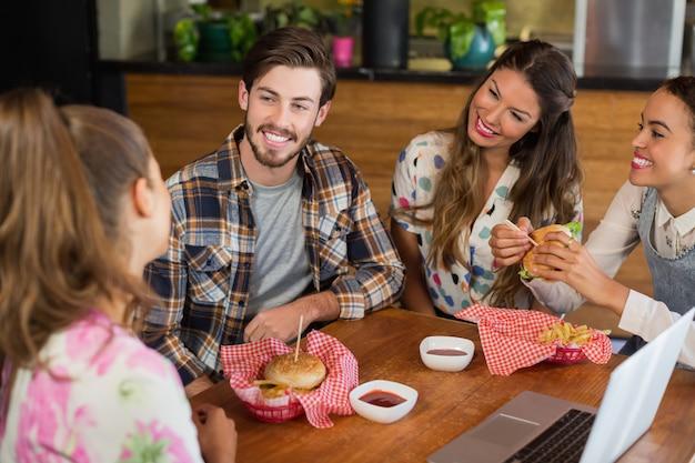 Vrienden met hamburger in restaurant