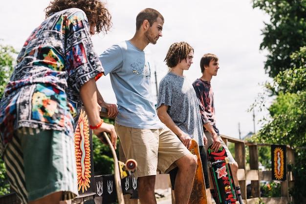 Vrienden met skateboards op oprit