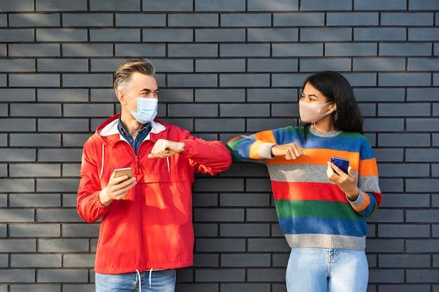 Vrienden met sociaal afstandsconcept