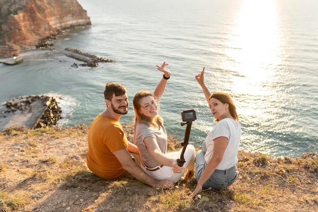 Vrienden nemen een selfie aan een kust