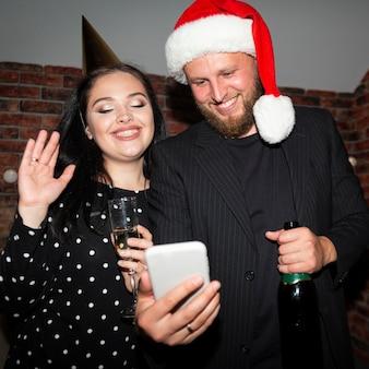Vrienden nemen een selfie op oudejaarsavond