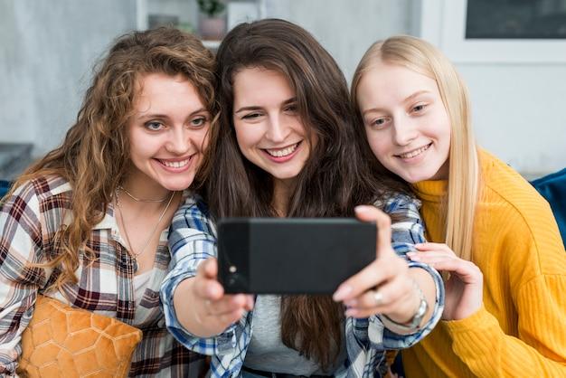 Vrienden nemen een selfie