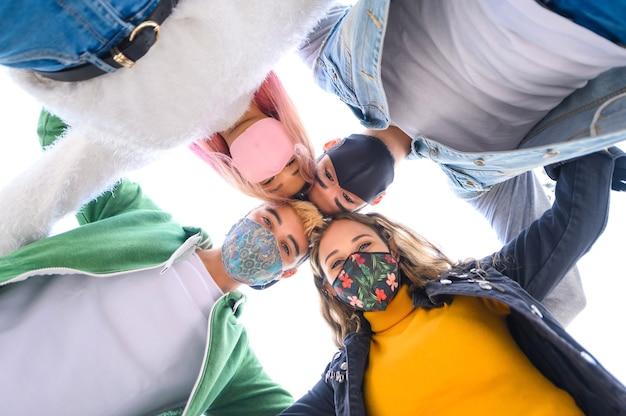 Vrienden nemen selfie lachend achter gezichtsmaskers