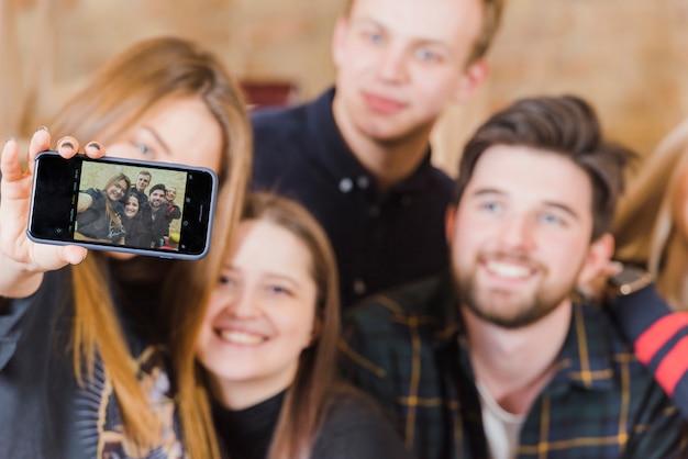 Vrienden nemen selfie op een feestje